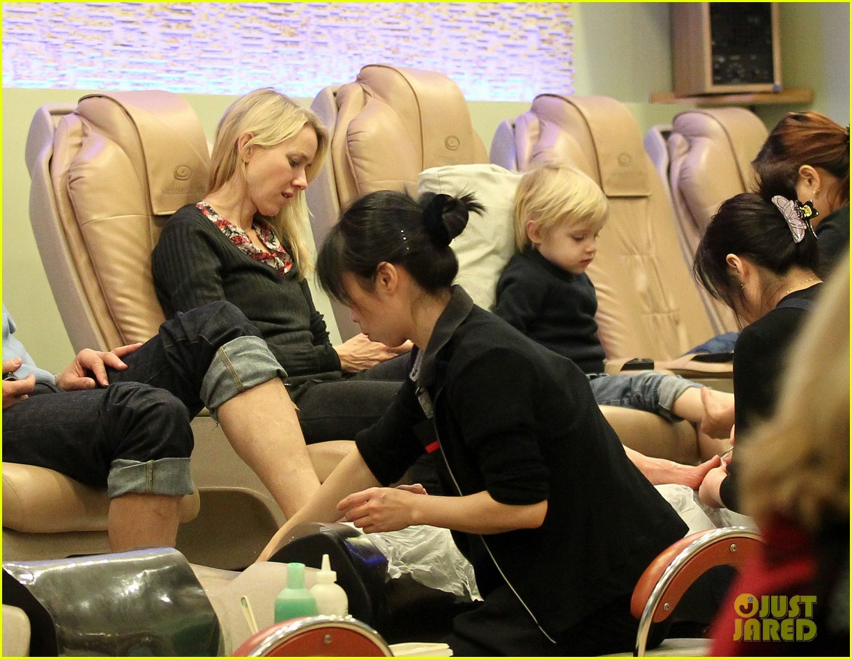 naomi watts samuel mother son pedicures 09