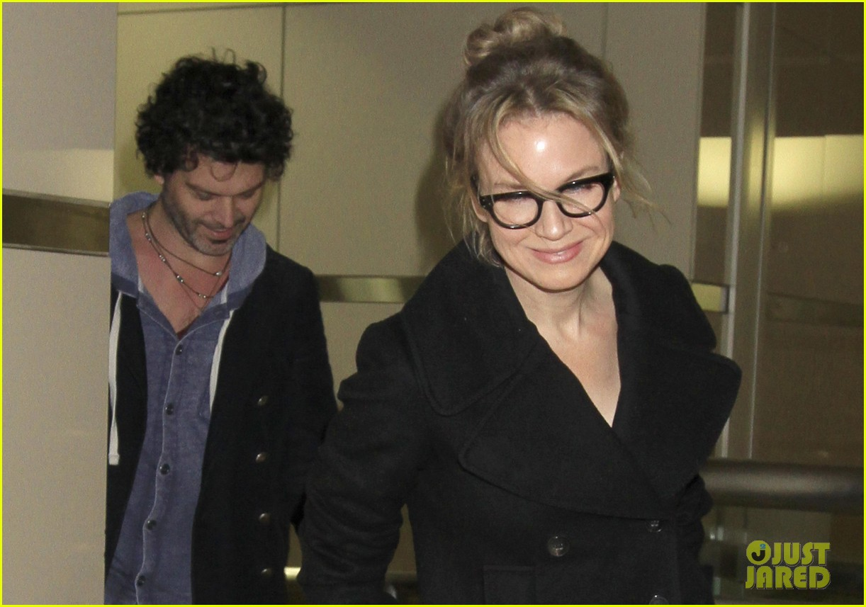 renee zellweger gets close to doyle bramhall ii at lax 02