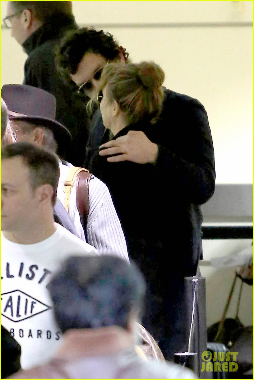 renee zellweger kisses doyle bramhall ii at airport 10