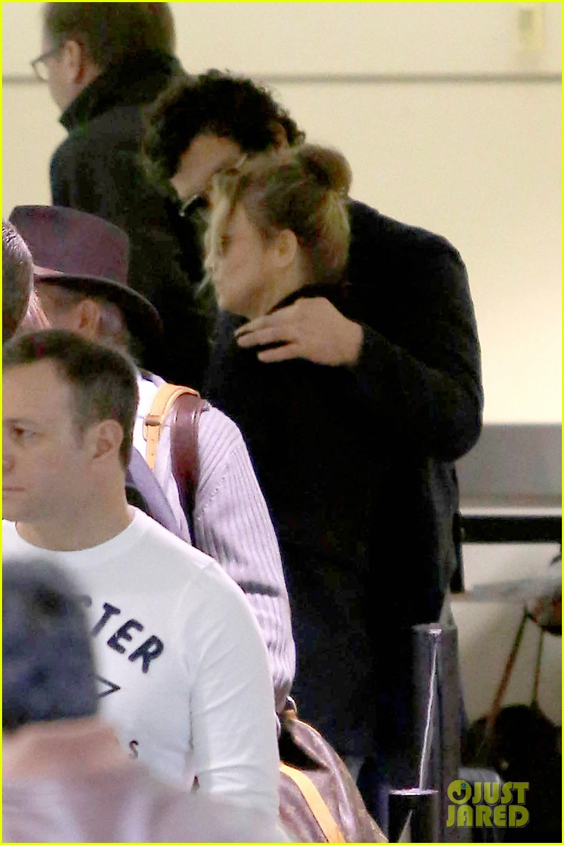 renee zellweger kisses doyle bramhall ii at airport 13