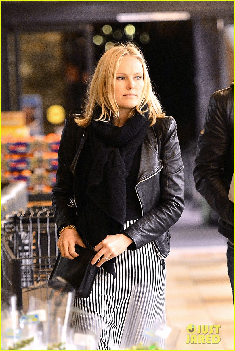 malin akerman grocery shopping with family member 02