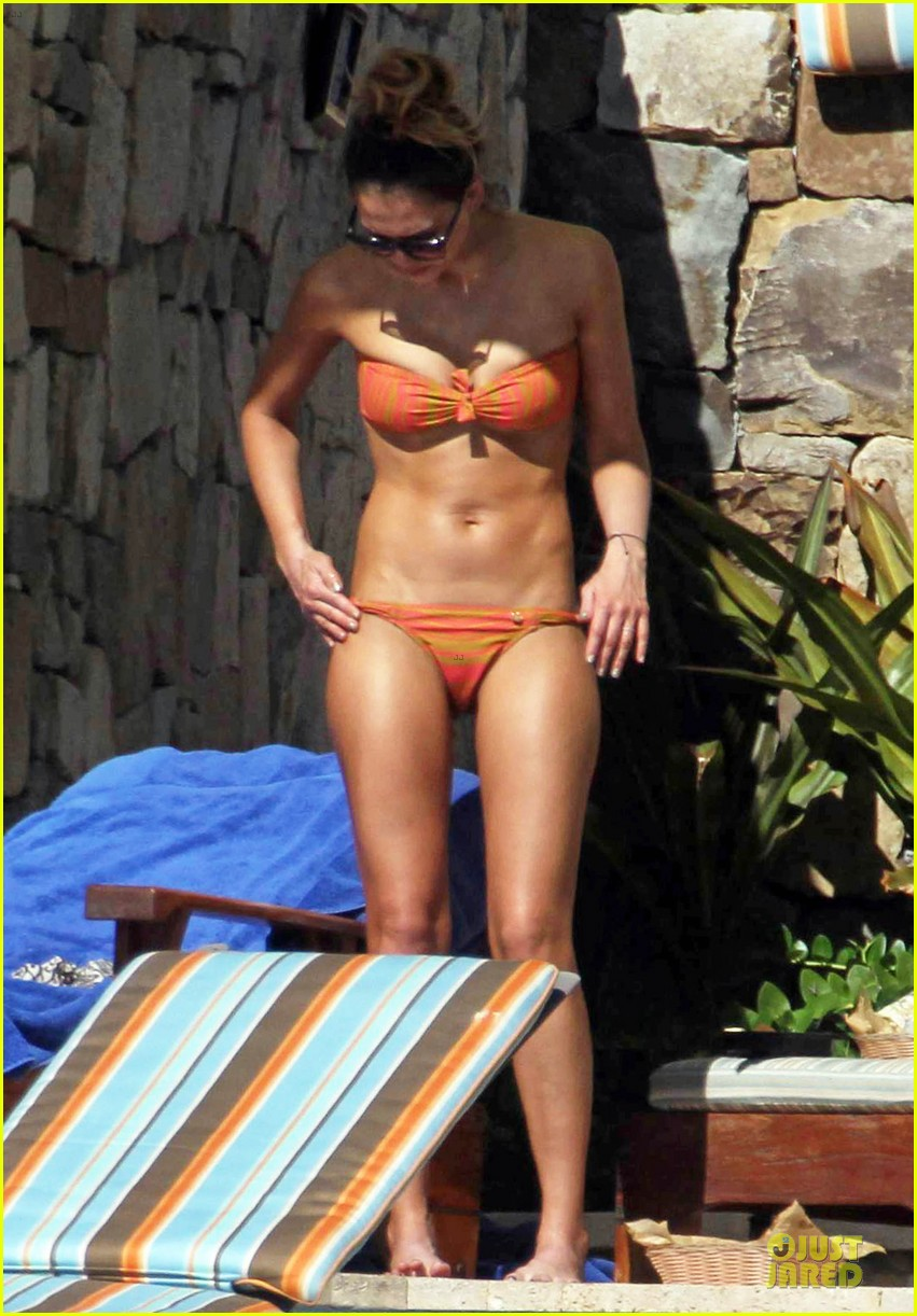 jessica-alba-bikini-vacation-in-cabo-san