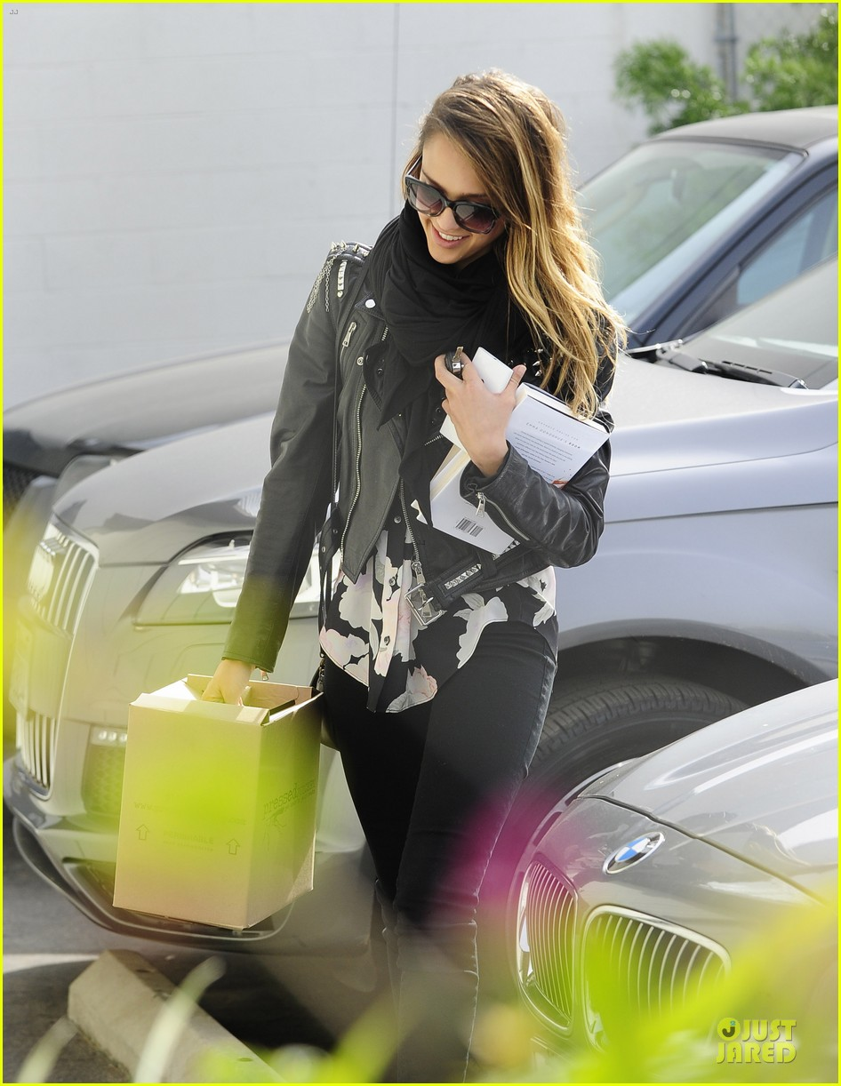 jessica alba wraps up work week with drinks 03