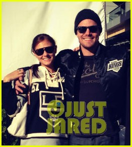 stephen amell new wife cassandra kings game couple 05