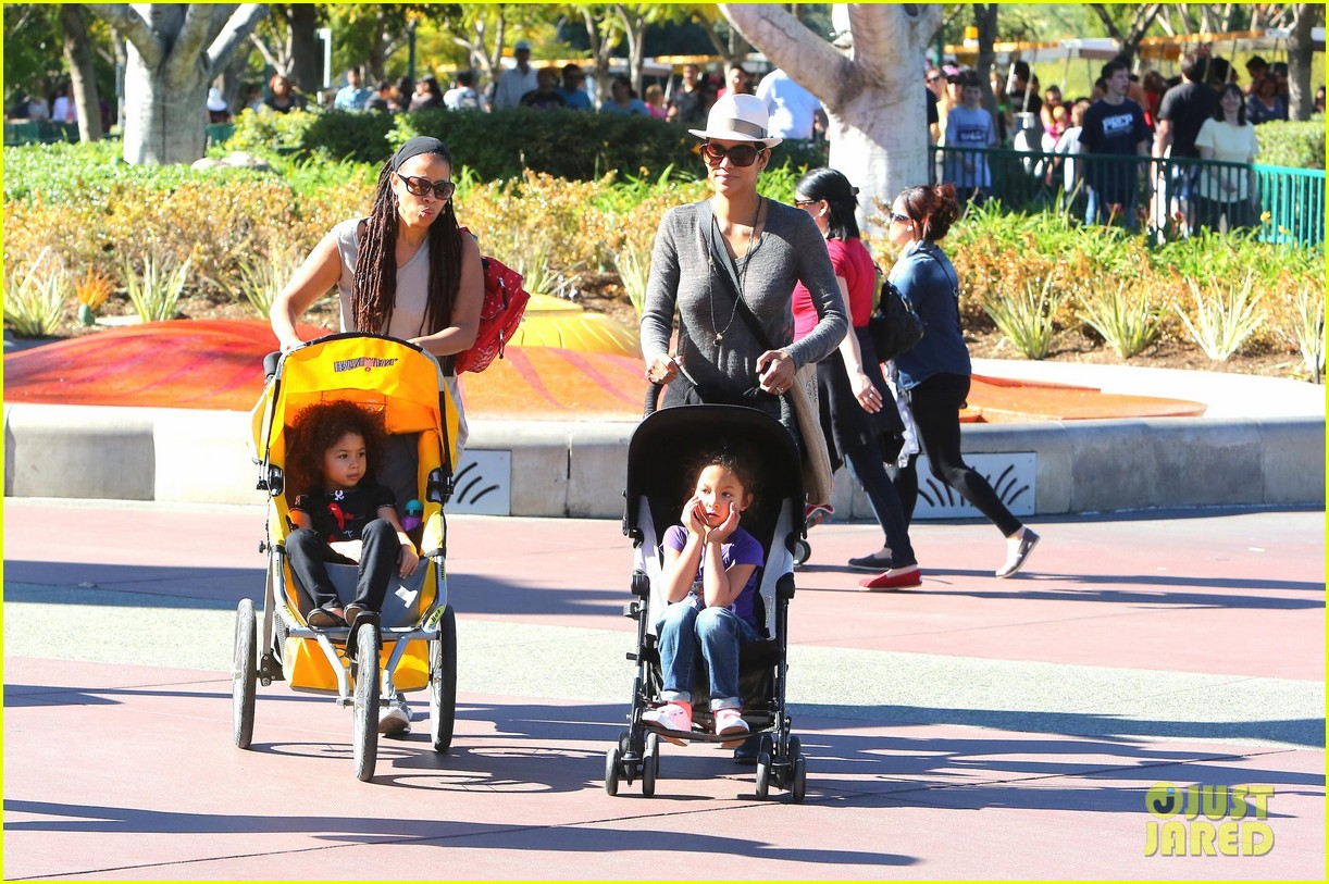 halle berry disneyland with nahla 20
