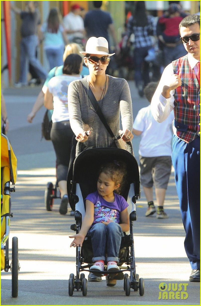halle berry disneyland with nahla 29