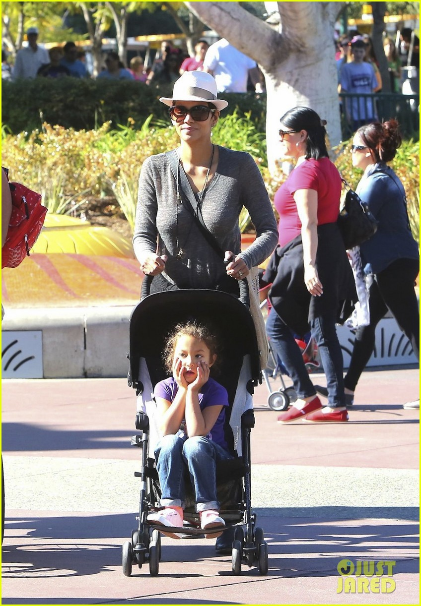 halle berry disneyland with nahla 34