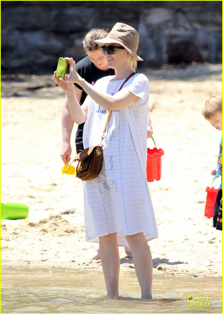cate blanchett sydney beach day with the boys 01