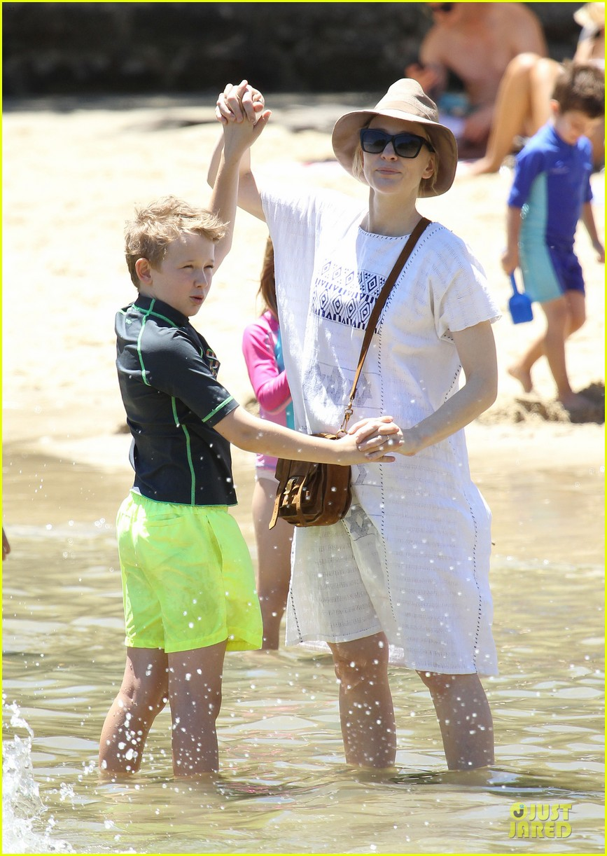 cate blanchett sydney beach day with the boys 04
