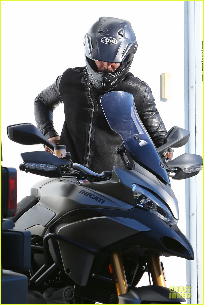orlando bloom motorcycle ride to the gym 04
