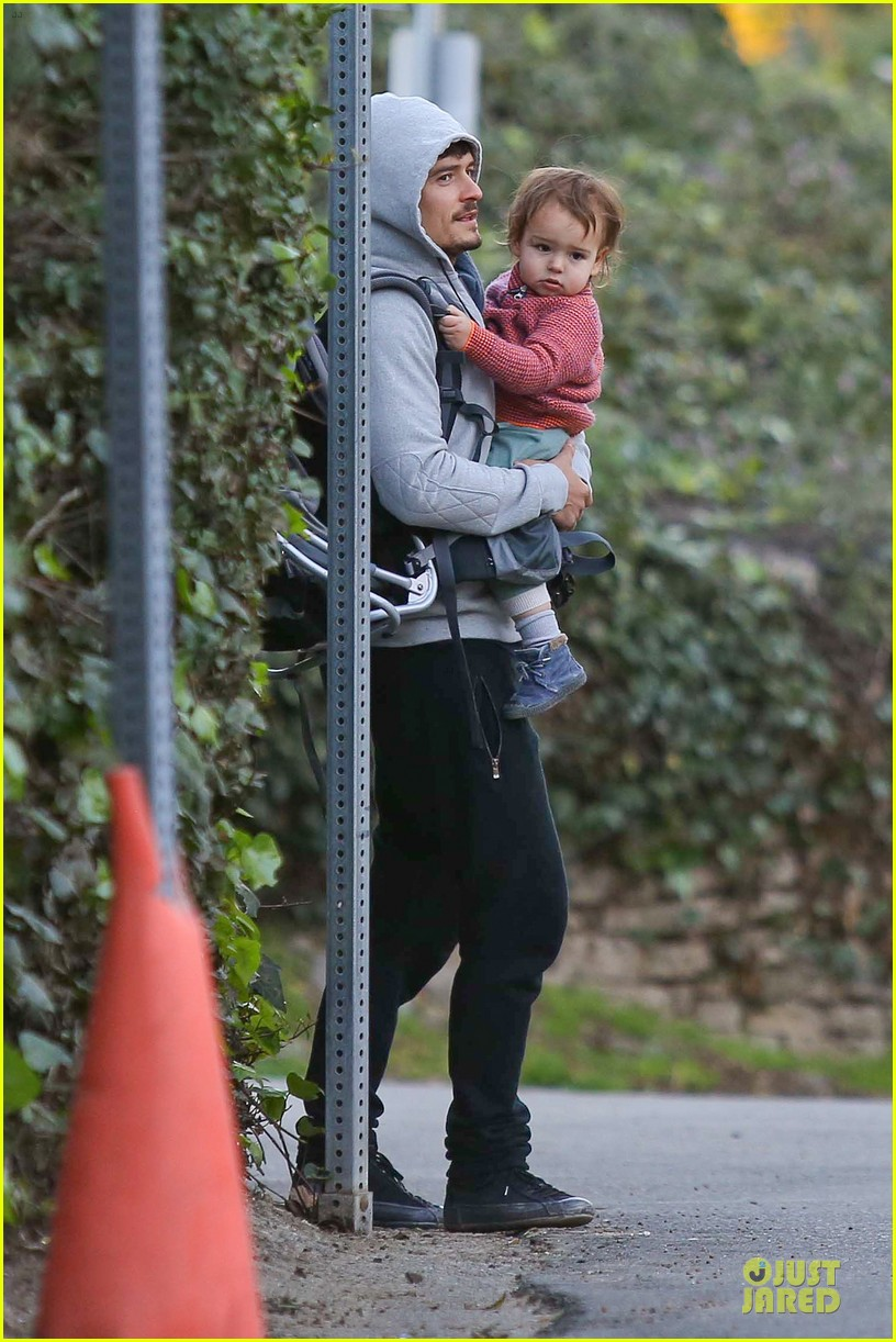 orlando bloom walks home with flynn 08