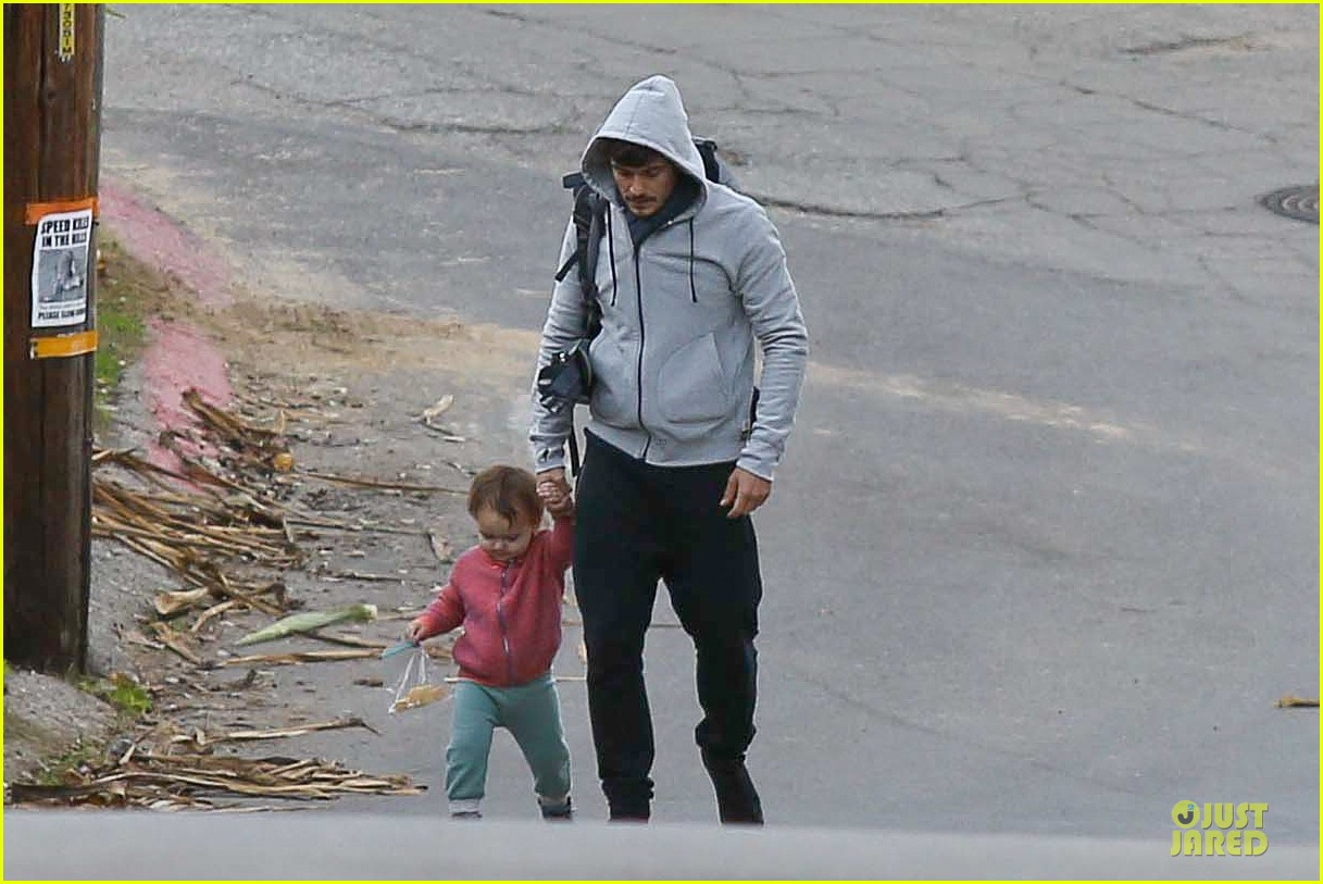 orlando bloom walks home with flynn 09