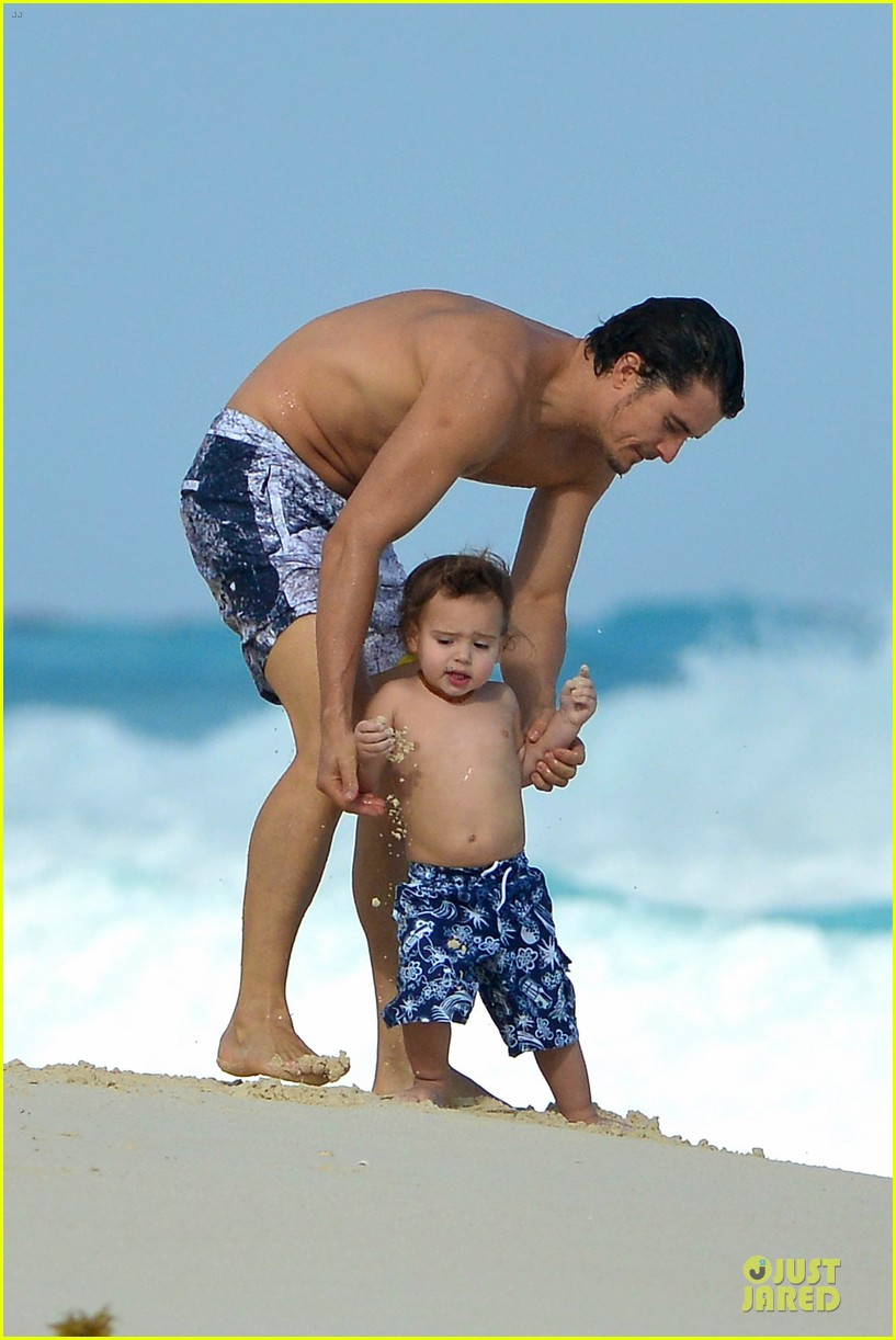orlando bloom beach waves with flynn 08