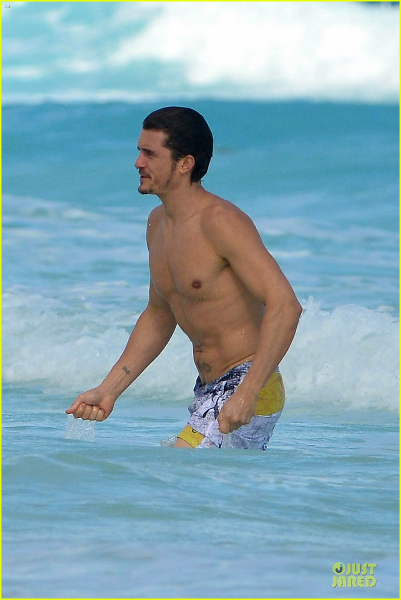 orlando bloom beach waves with flynn 13
