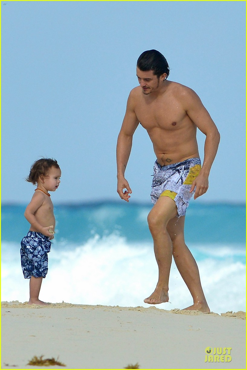 orlando bloom beach waves with flynn 15