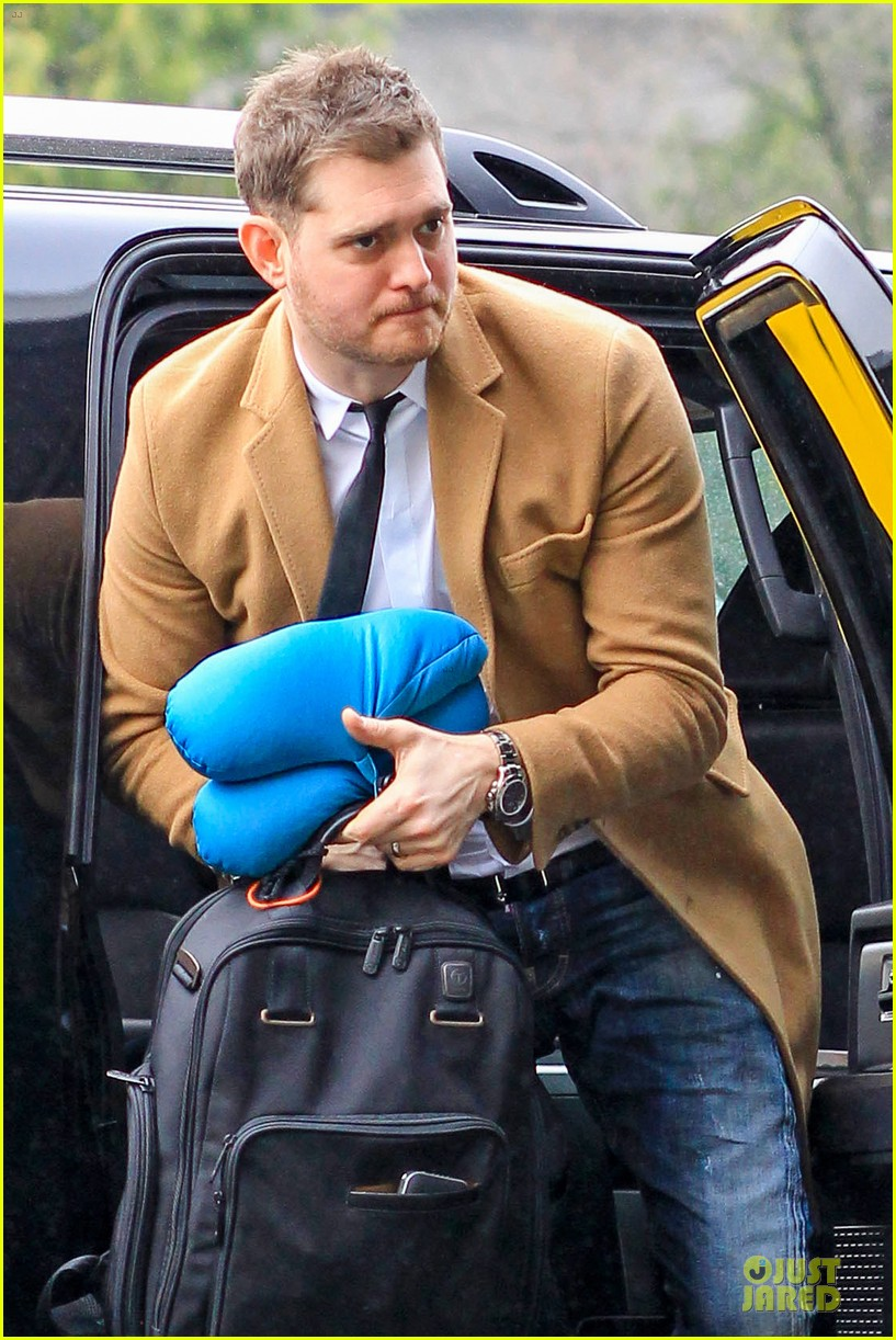 michael buble & luisana lopilato yvr airport departure with pet pooch simon 04