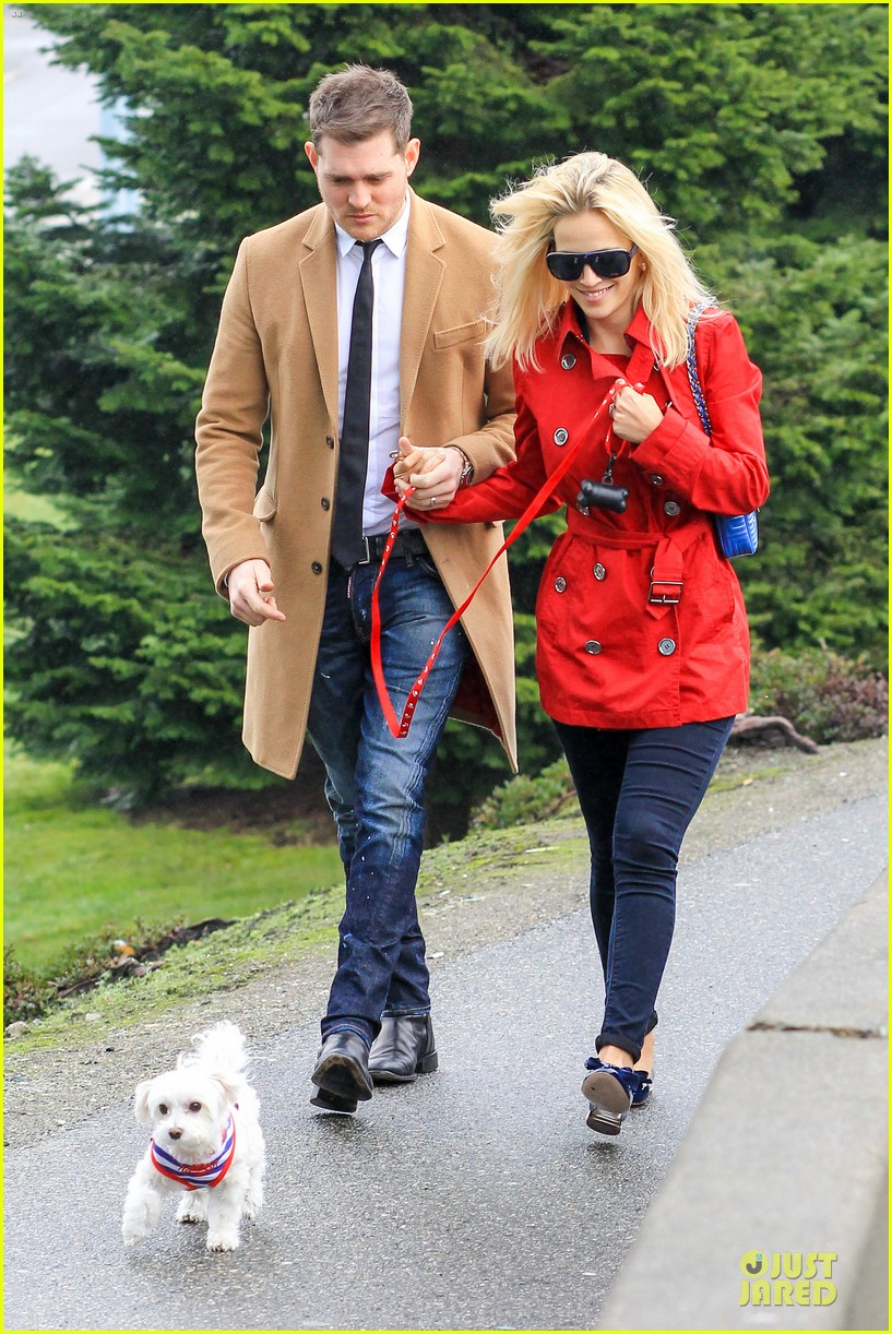 michael buble & luisana lopilato yvr airport departure with pet pooch simon 05