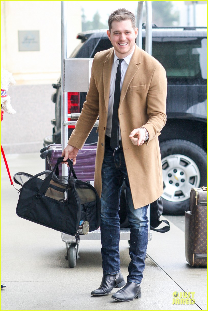 michael buble & luisana lopilato yvr airport departure with pet pooch simon 062785046
