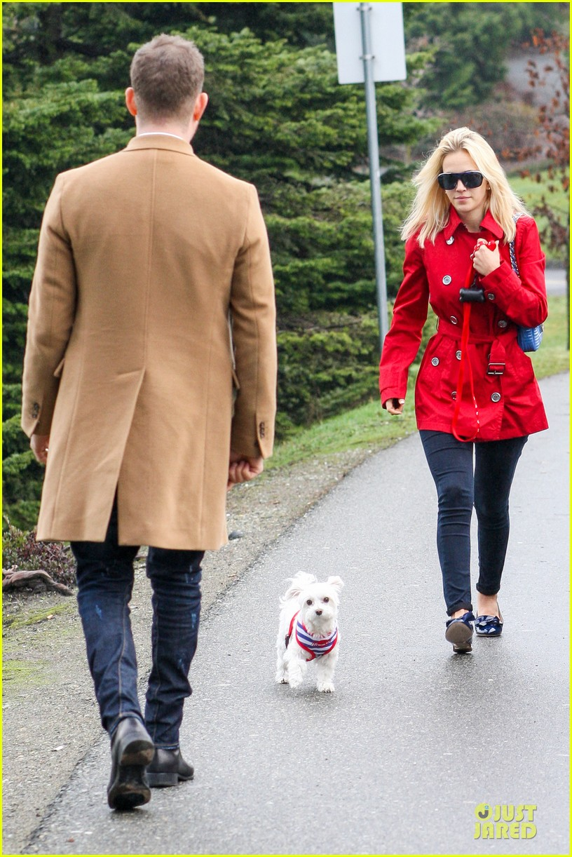 michael buble & luisana lopilato yvr airport departure with pet pooch simon 092785049