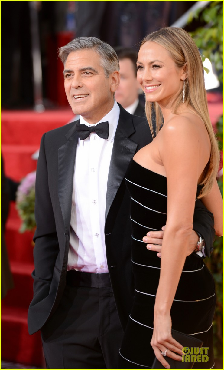 george clooney stacy keibler golden globes 2013 red carpet 05