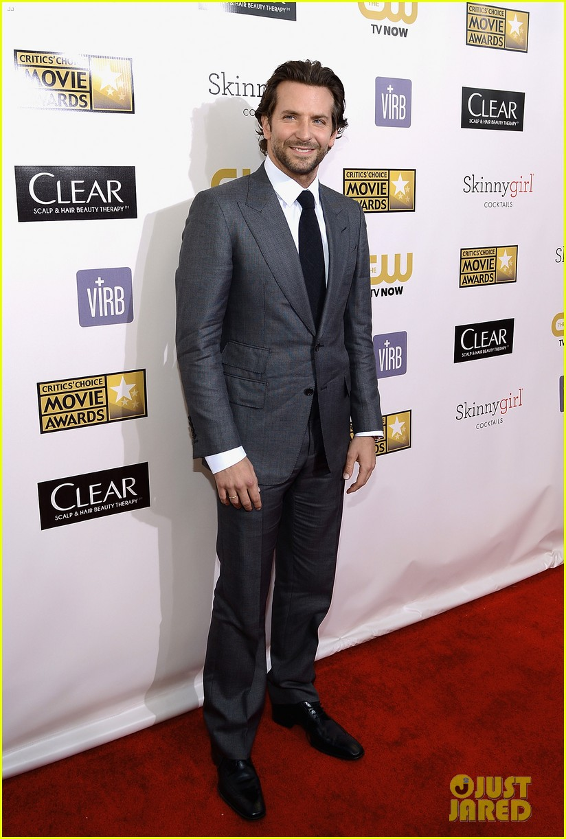 bradley cooper critics choice award 01