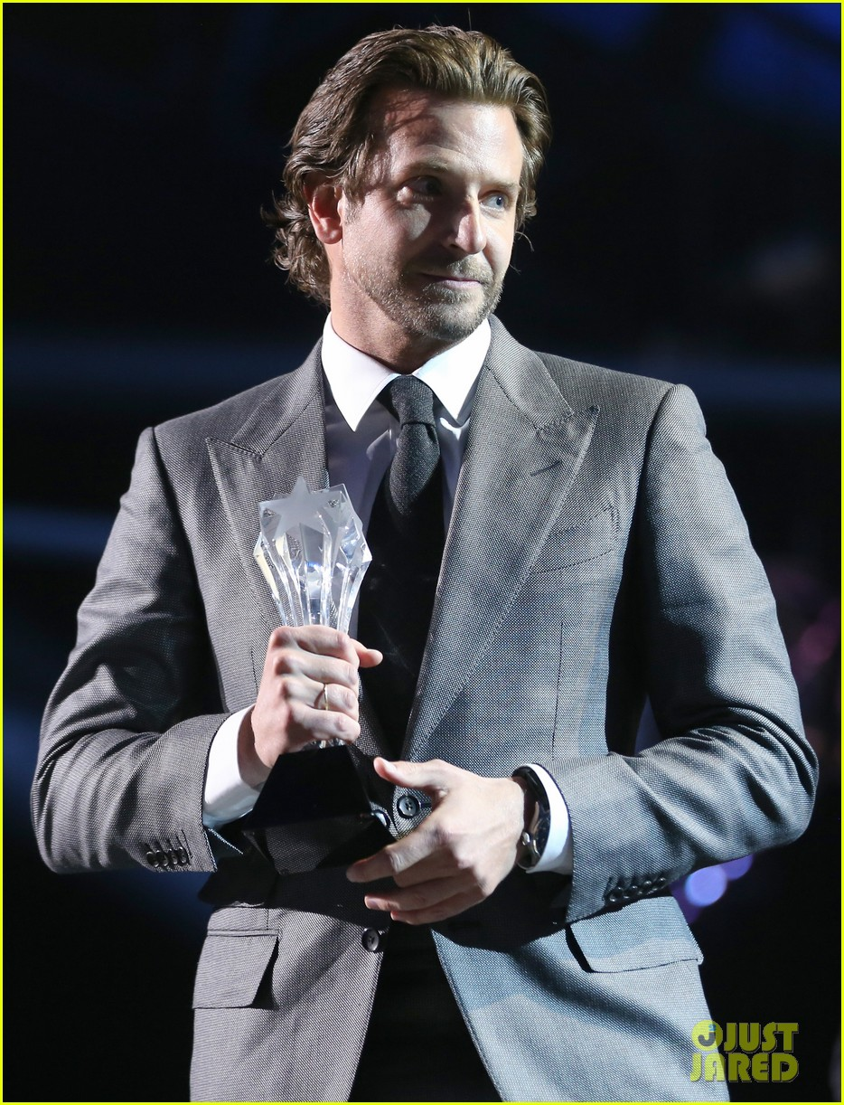 bradley cooper critics choice award 03