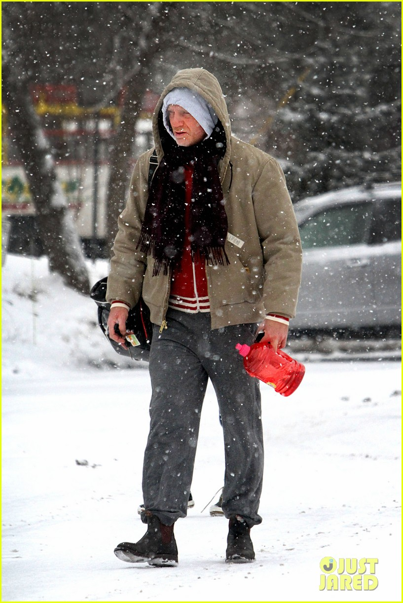 daniel craig rachel weisz snowy stroll in nyc 02