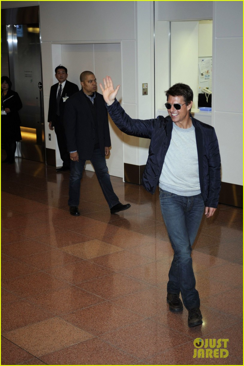 tom cruise warm welcome in tokyo 01