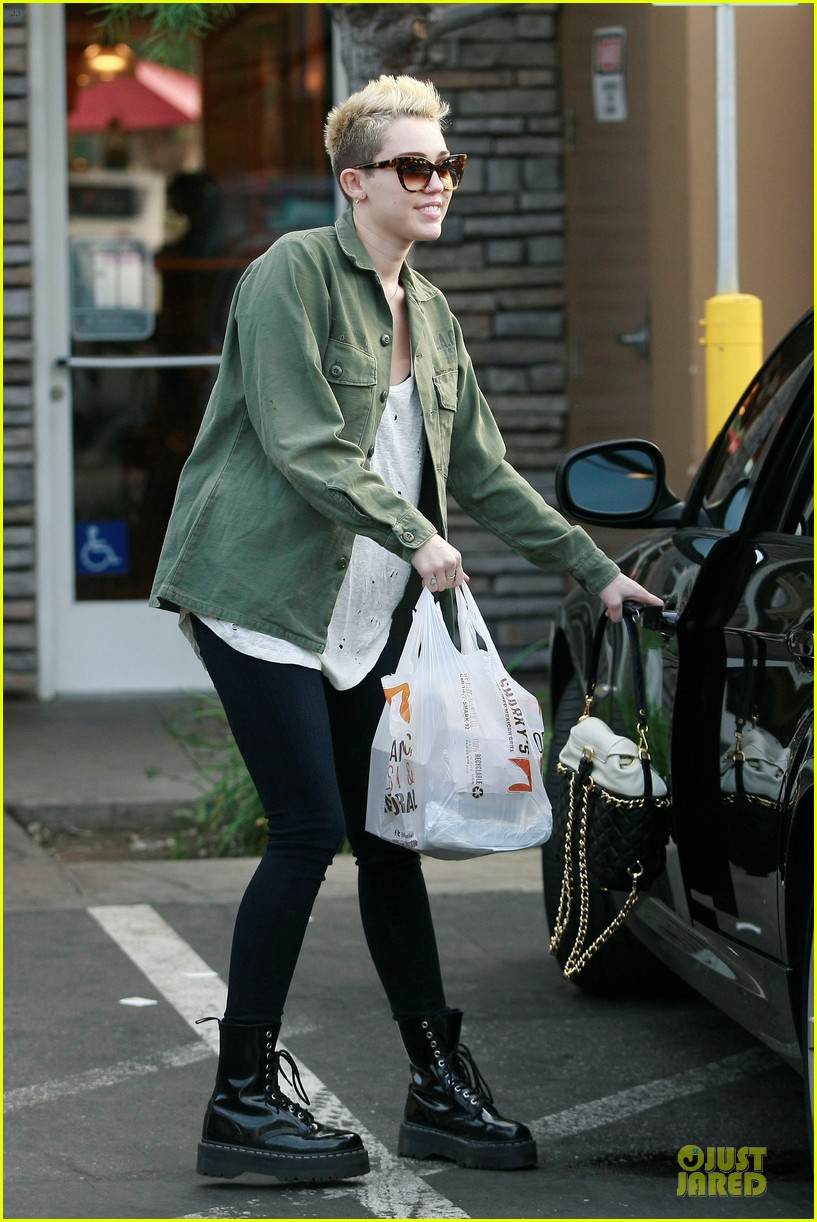 miley cyrus mexican food stop 032785347
