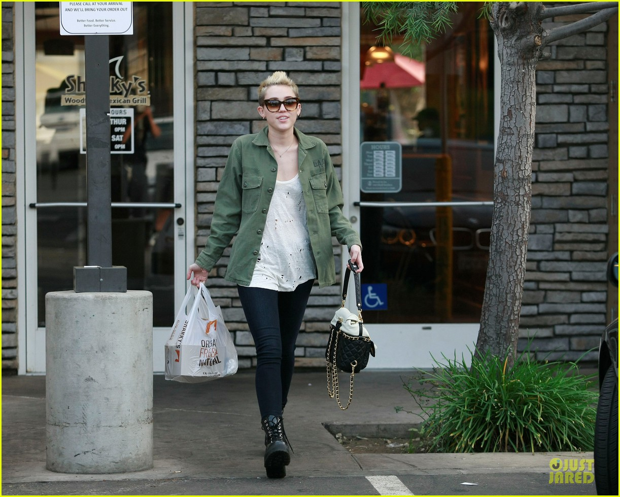 miley cyrus mexican food stop 05
