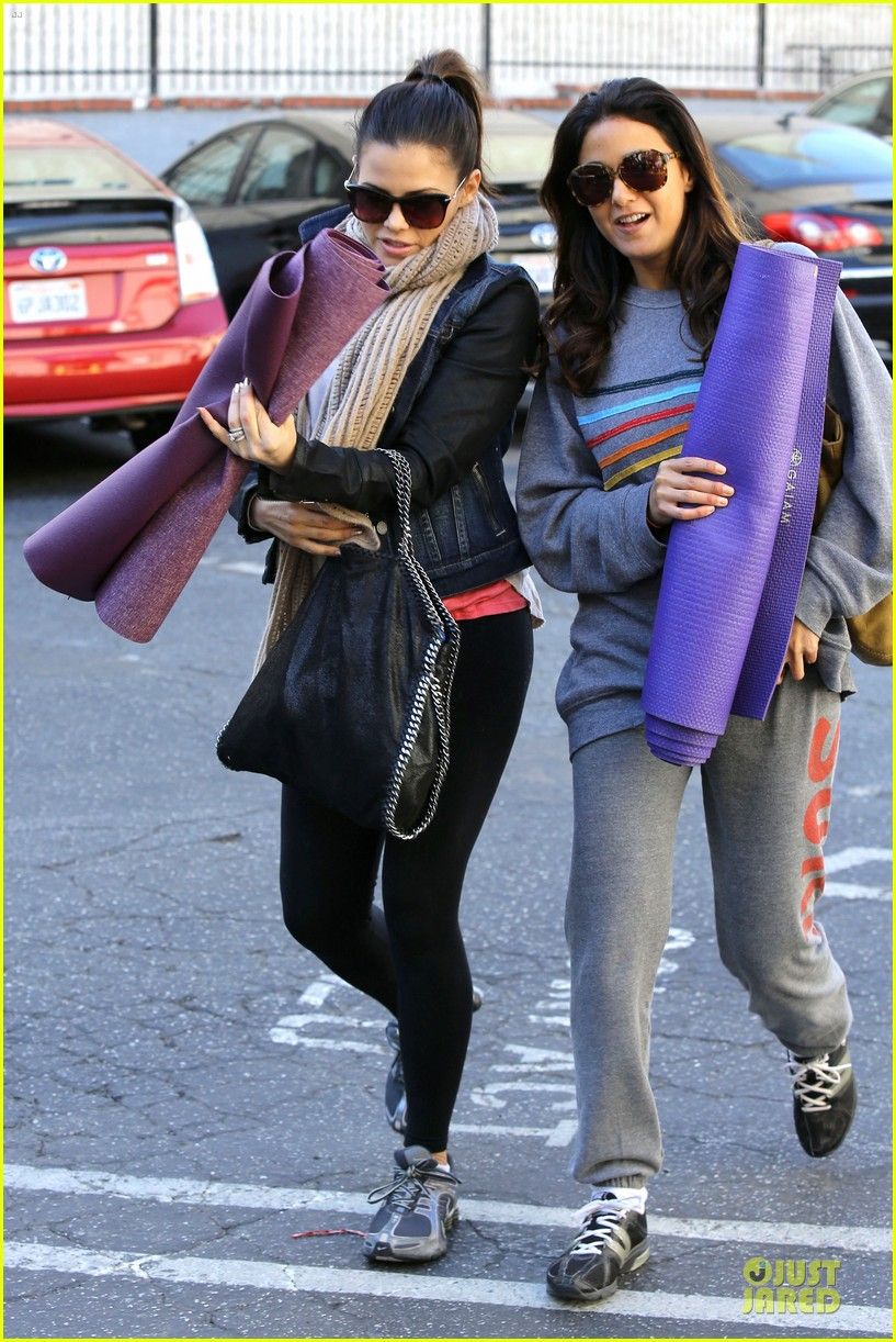 jenna dewan pre golden globes yoga with emmanuelle chriqui 01