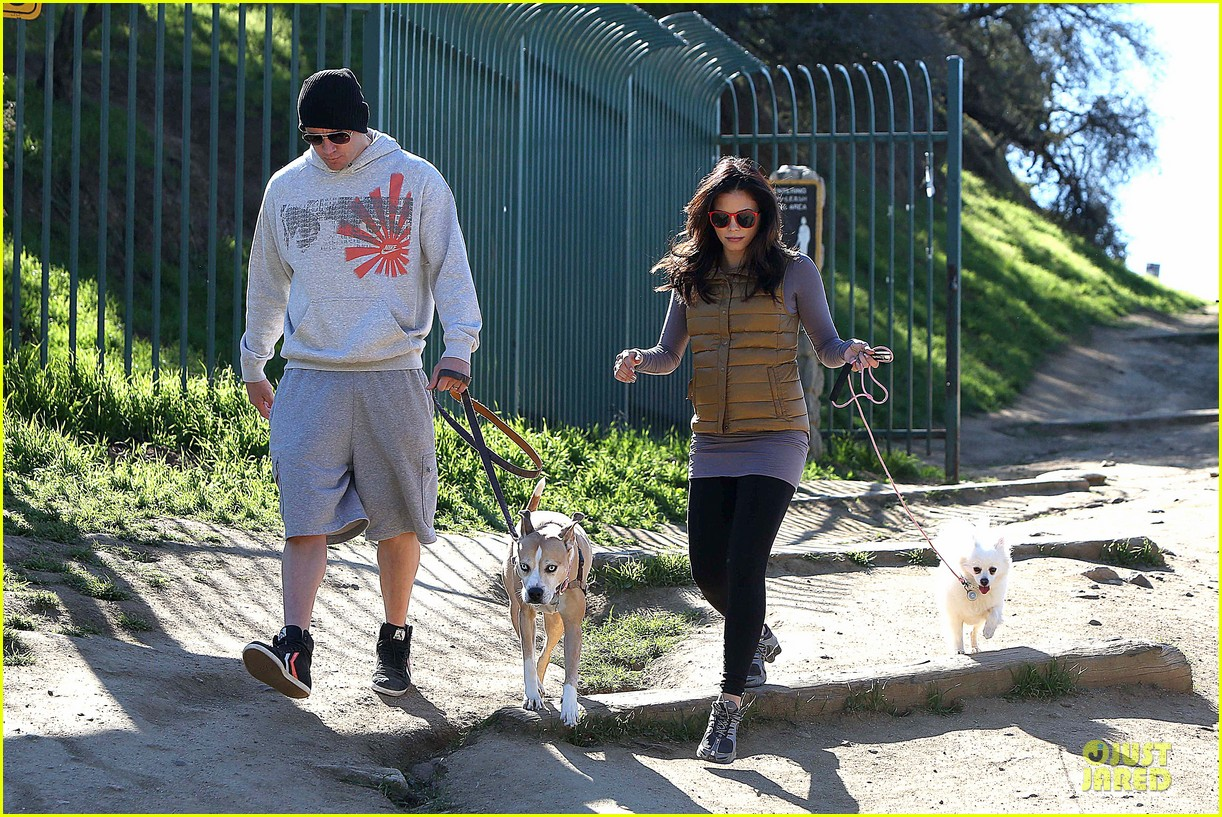 pregnant jenna dewan channing tatum hiking with the dogs 03