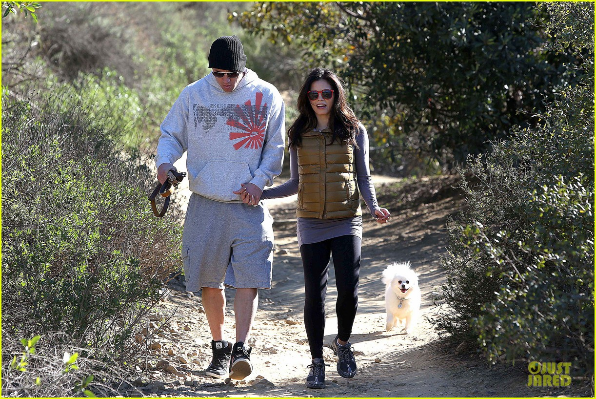pregnant jenna dewan channing tatum hiking with the dogs 04