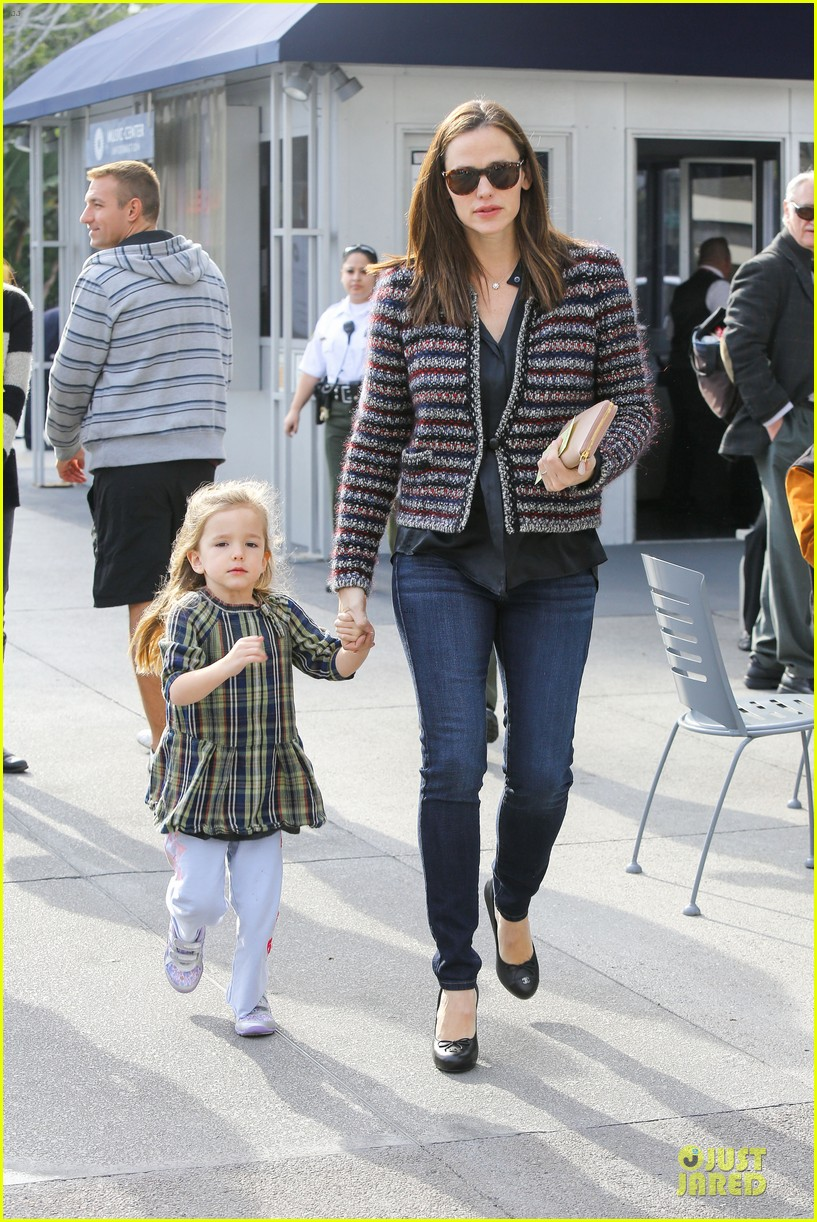 jennifer garner ahmanson play date with violet & seraphina 132785313