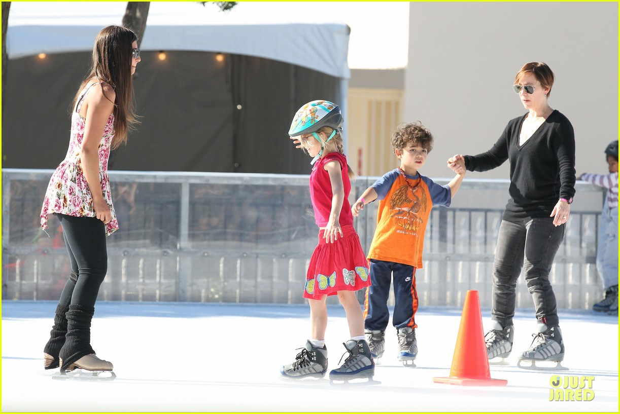 jennifer garner & ben affleck ice skating with the girls 09