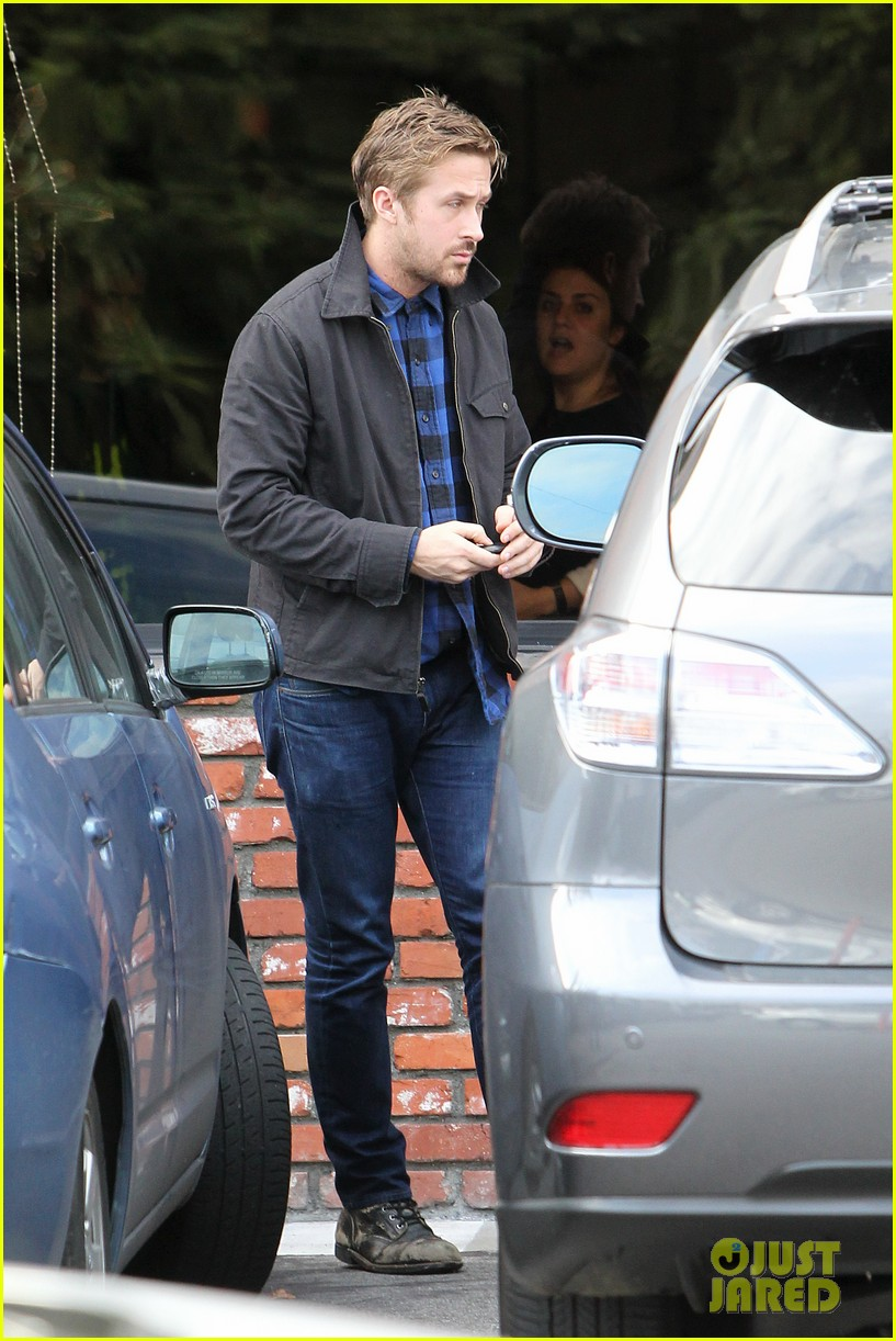 ryan gosling eva mendes separate food runs 05