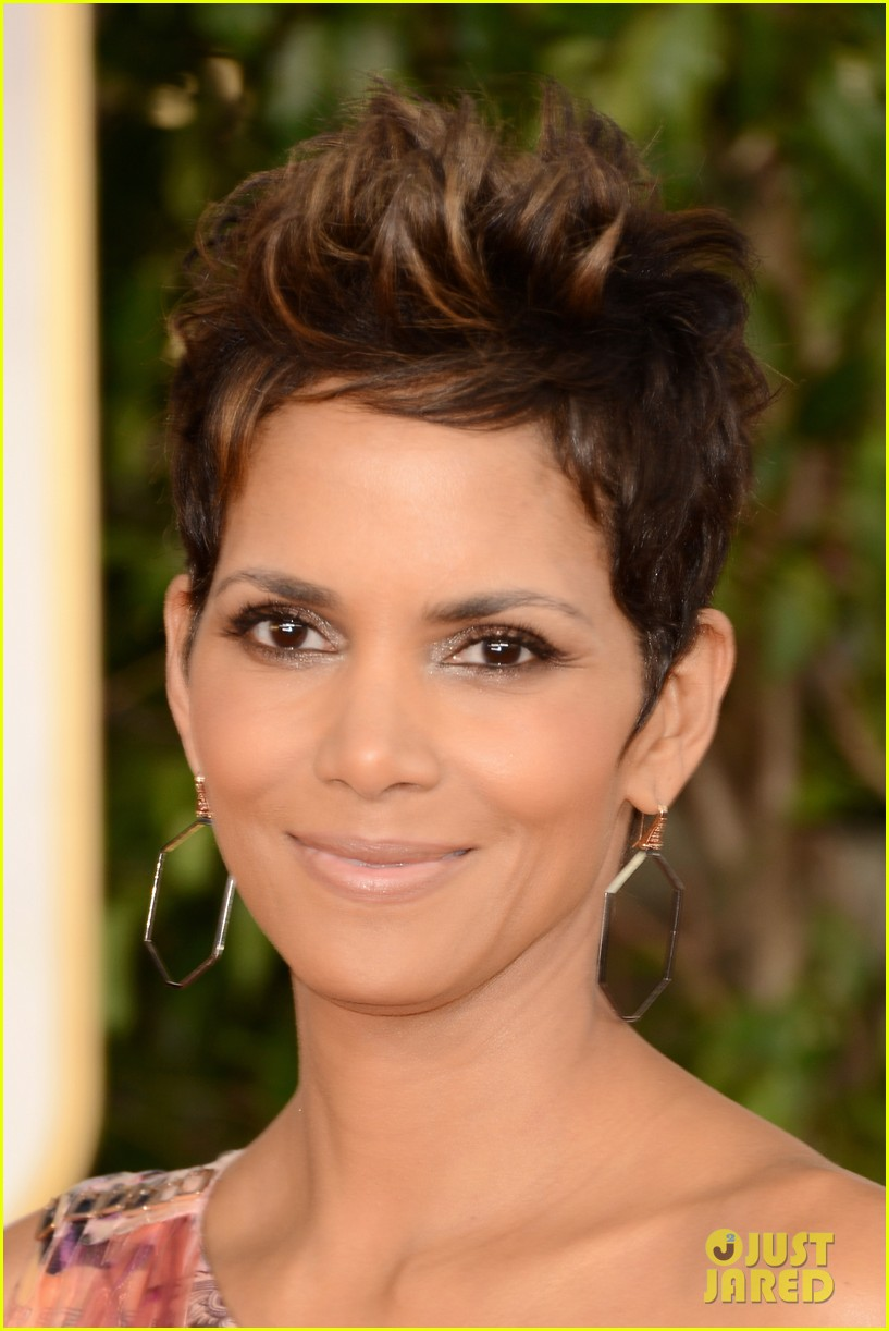 halle berry golden globes 2013 red carpet 01