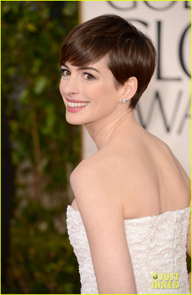 http://cdn03.cdn.justjared.com/wp-content/uploads/2013/01/hathaway-gg/anne-hathaway-golden-globes-2013-red-carpet-03.jpg