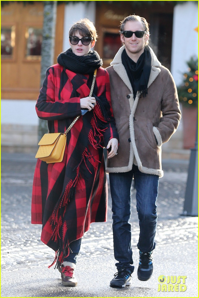 anne hathaway adam shulman switzerland kisses 052783915
