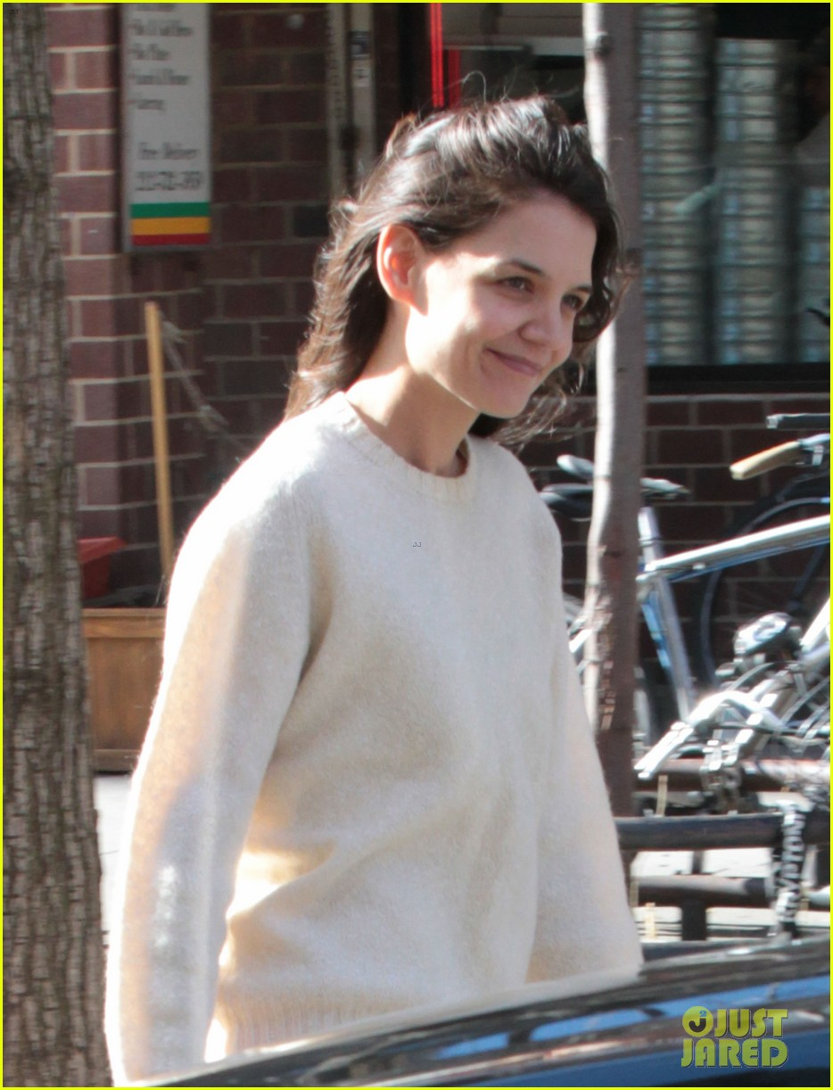 katie holmes real life carrie bradshaw in new york 02