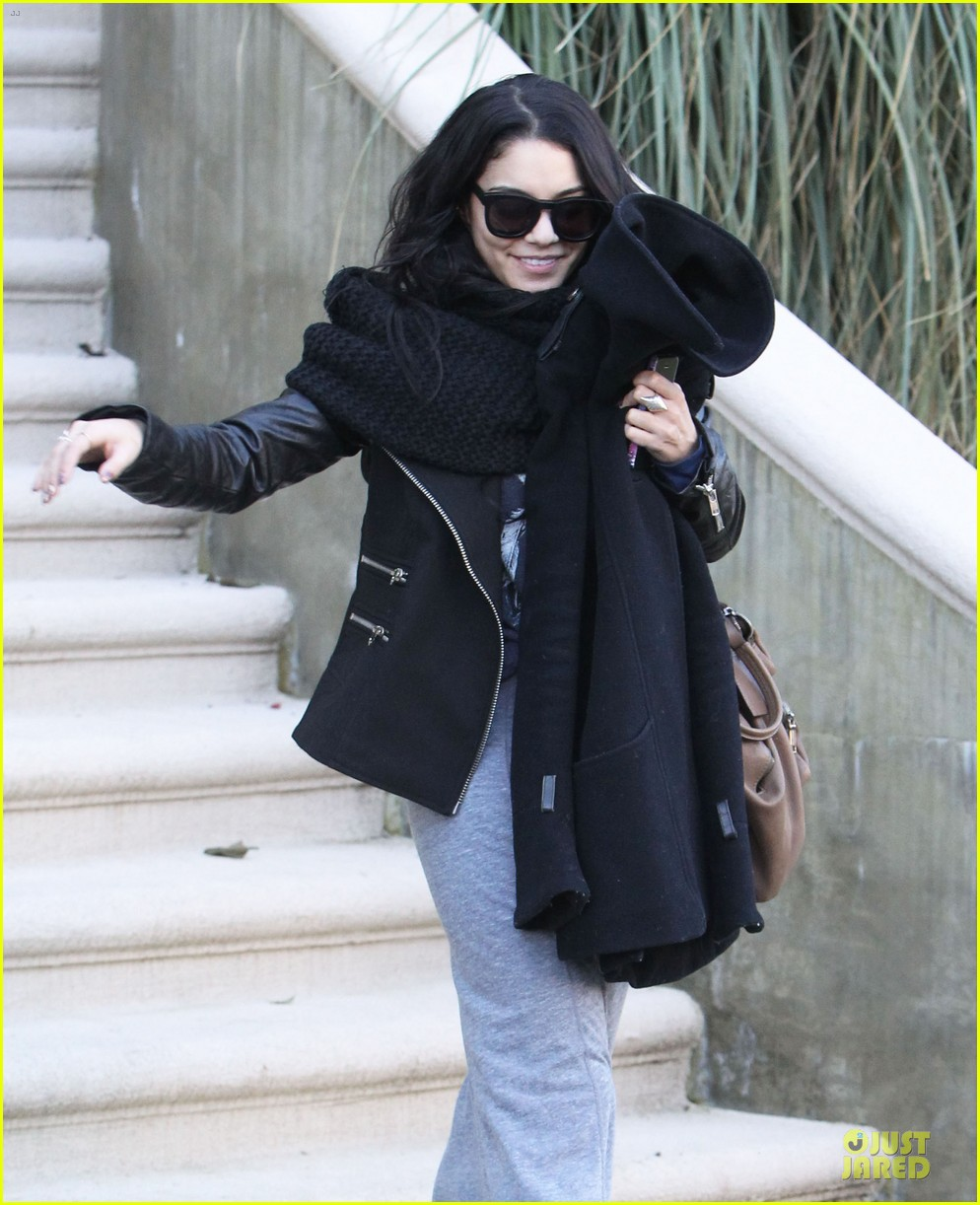 vanessa hudgens post golden globes lax departure 04