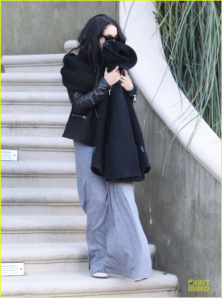 vanessa hudgens post golden globes lax departure 06