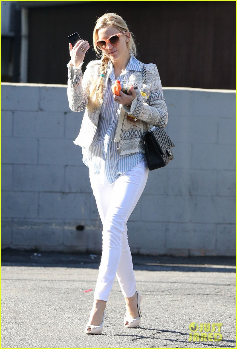 kate hudson nail salon stop 03