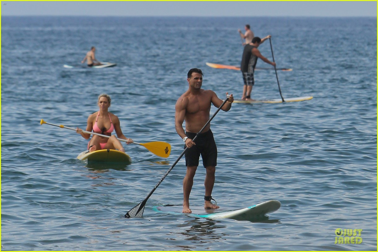 jeremy jackson shirtless with lonnie wilkinson in maui 03