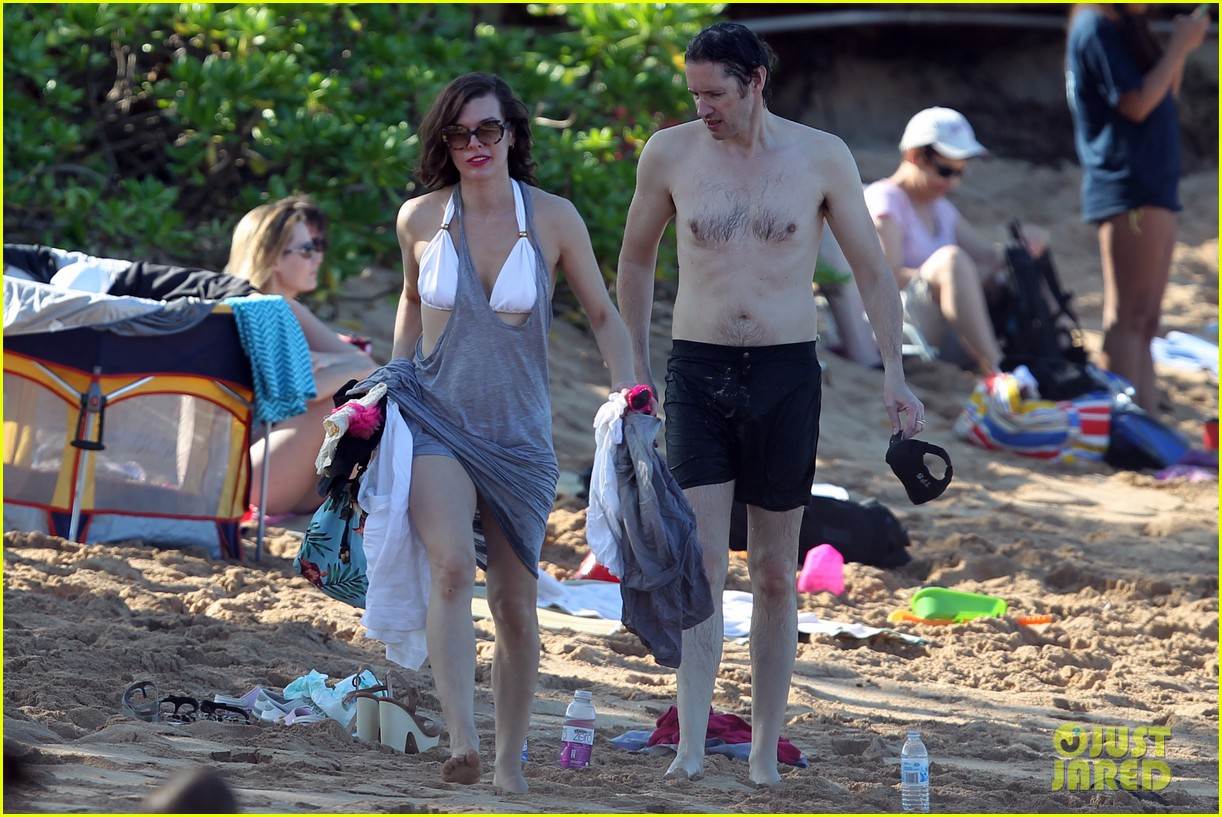 milla jovovich paul ws anderson maui beach with ever 05