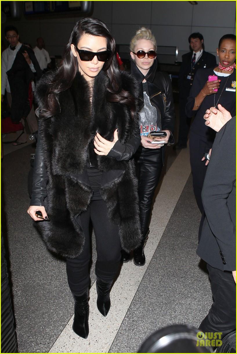 kim kardashian autograph signing at lax airport 012800481