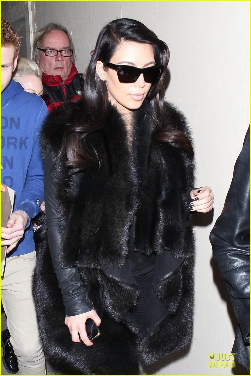 kim kardashian autograph signing at lax airport 07