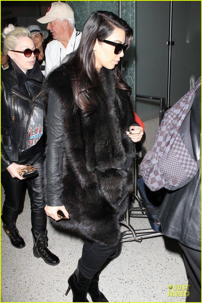 kim kardashian autograph signing at lax airport 15