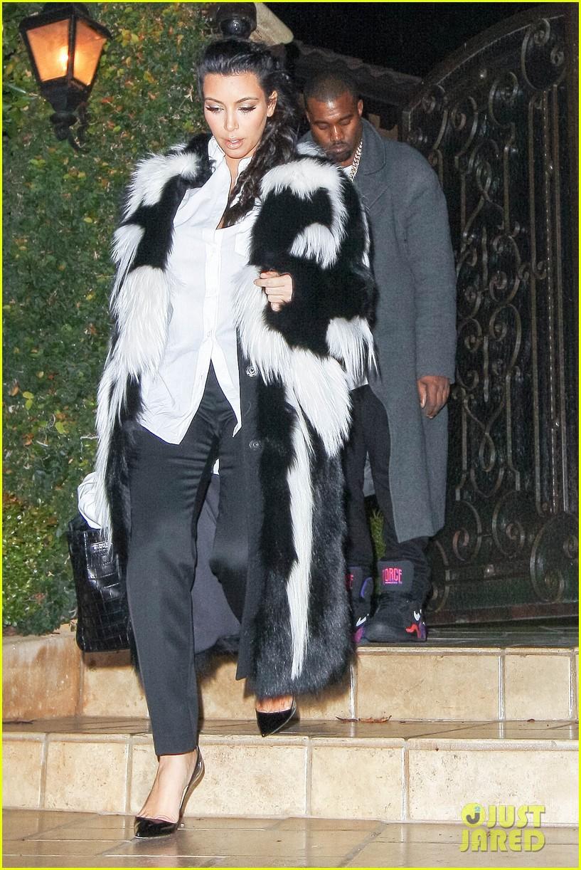 pregnant kim kardashian debuts baby bump en route to new years eve celebration 072783140