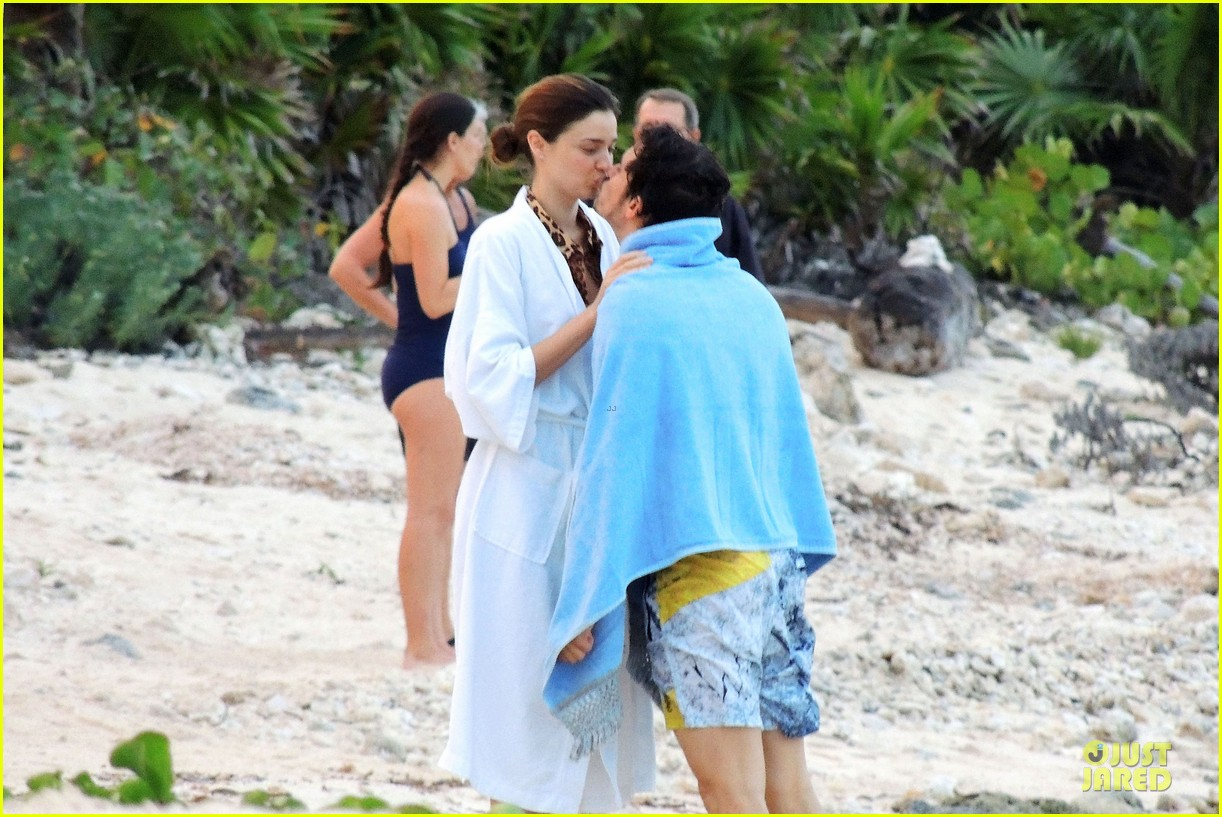 miranda kerr shirtless orlando bloom beach vacation with flynn 092800410